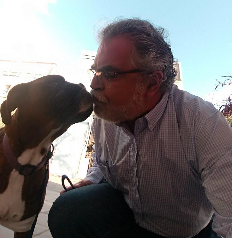 Ike y beso perro